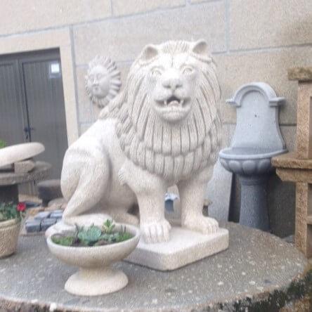 Escultura de leão em granito